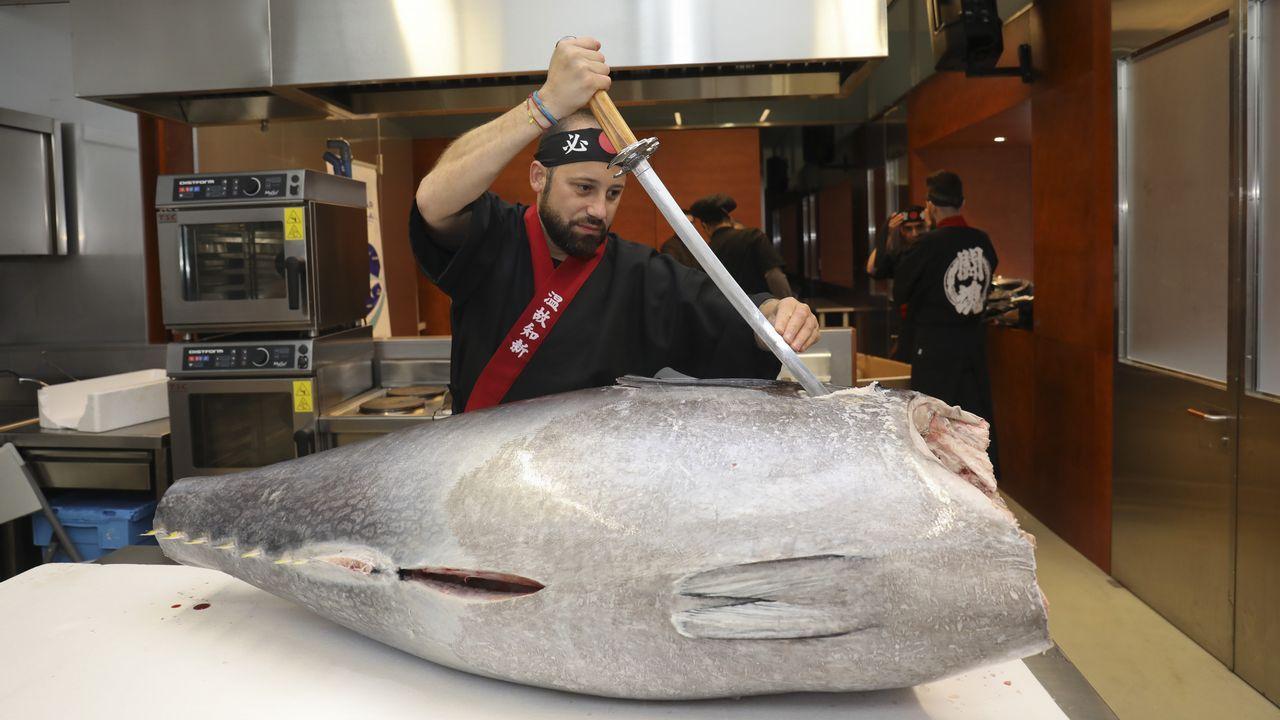 Juliano Campos, del restaurante Kyoto, despieza un atún de 190 kg en la plaza de abastos.