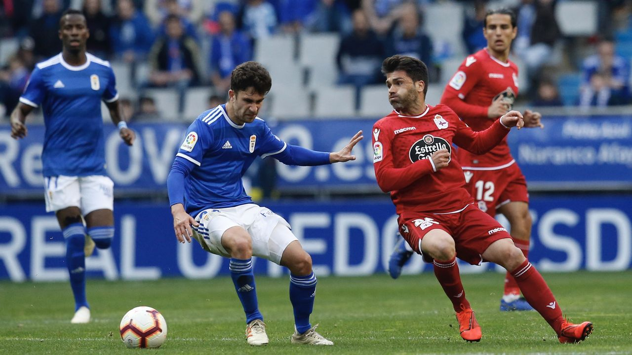 Jimmy Pedro Real Oviedo Deportivo Carlos Tartiere.Jimmy controla un balón en presencia de Vítor Silva