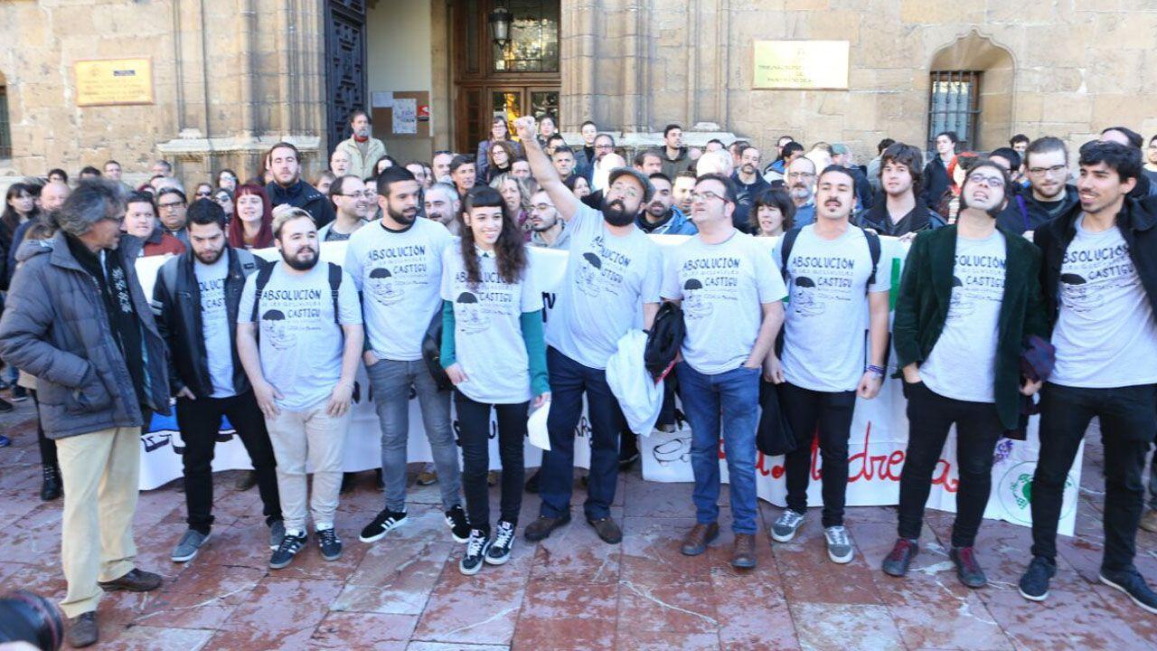 Concentraciónen apoyo a los encausados por la ocupación de La Madreña.El diputado regional de Podemos, Andrés Fernández Vilanova (2i), y el concejal de Somos Oviedo, Rubén Rosón (i), junto al resto de acusados por la ocupación del espacio social de La Madreña, en Oviedo