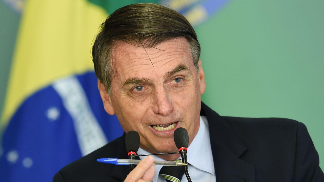 El presidente de Brasil, Jair Bolsonaro, muestra el bolígrafo con el que firmó el decreto que flexibiliza el acceso a las armas en el país sudamericano