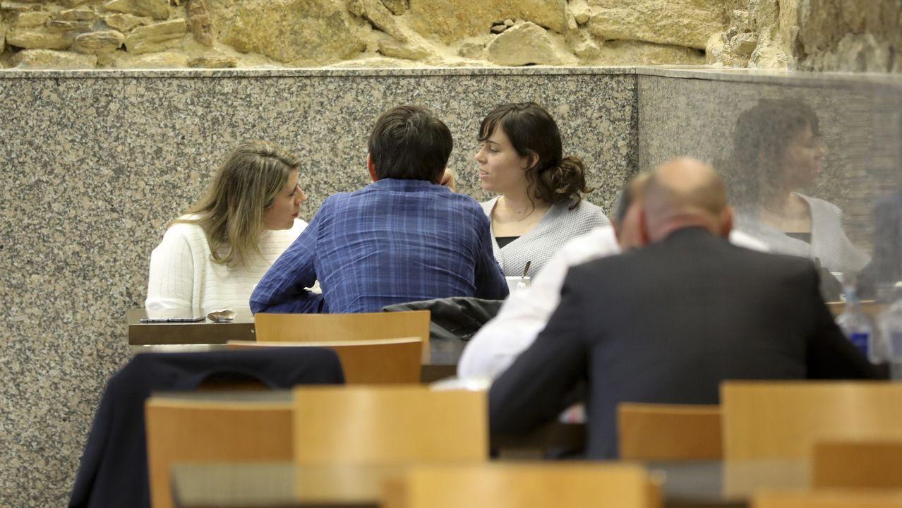 .Paula Quinteiro y Carmen Santos en la cafeteriá del Parlamento
