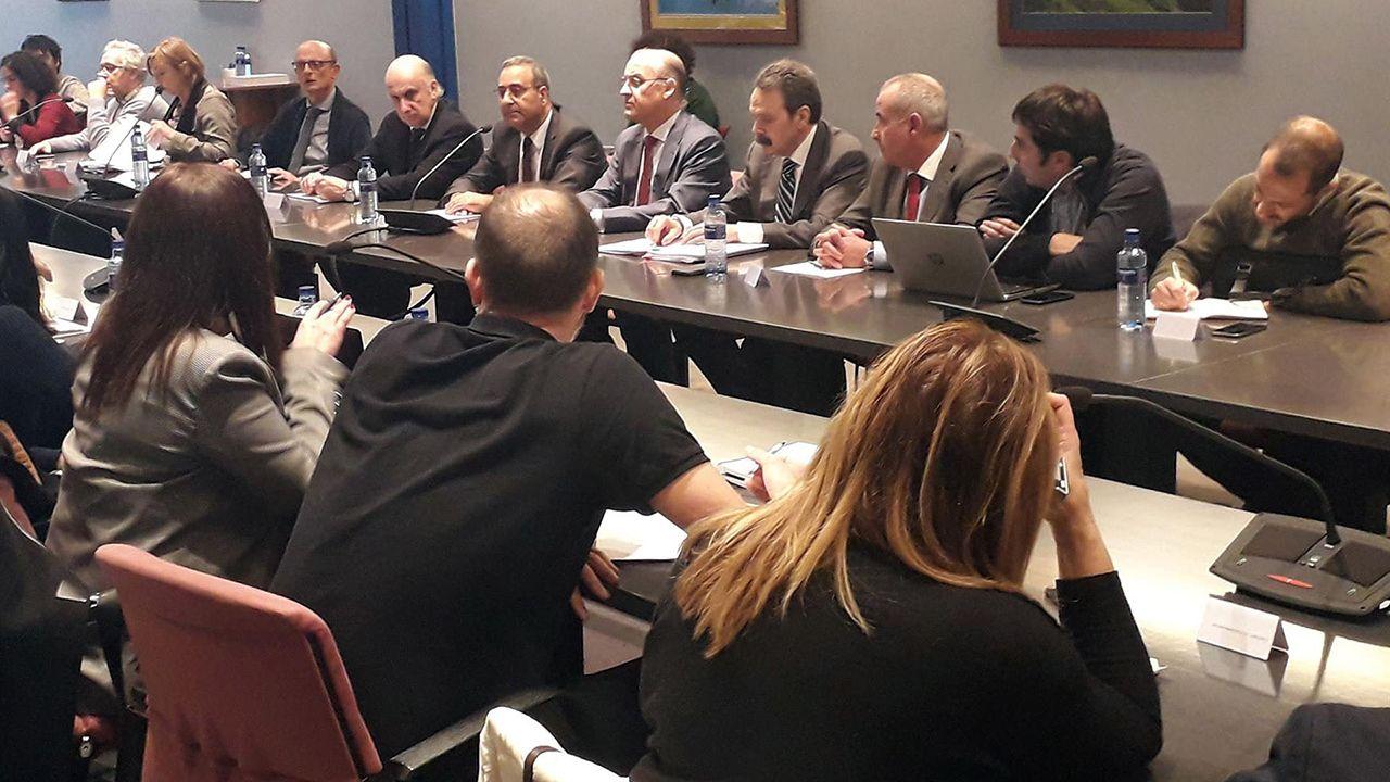 Rubén Rosón se dirige a Agustín Iglesias Caunedo, al término de un pleno de Oviedo.Reunión del área metropolitana