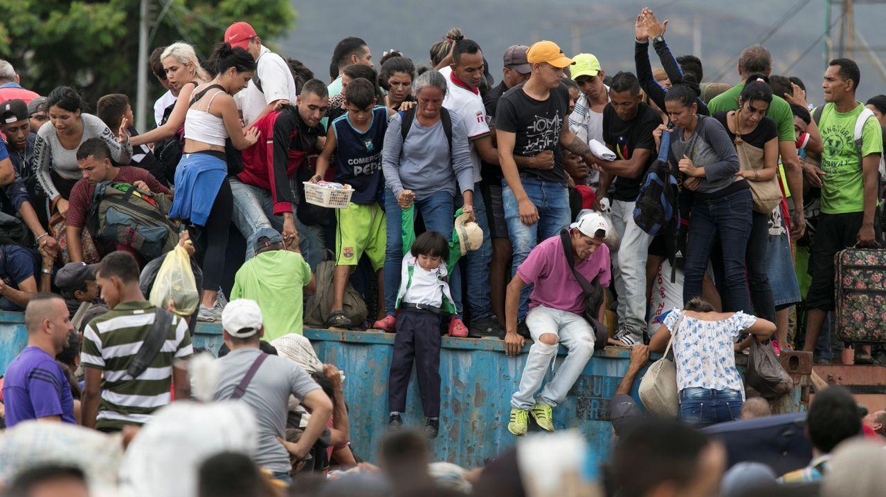 Un grupo de venezolanos, en la frontera entre Colombia y Venezuela