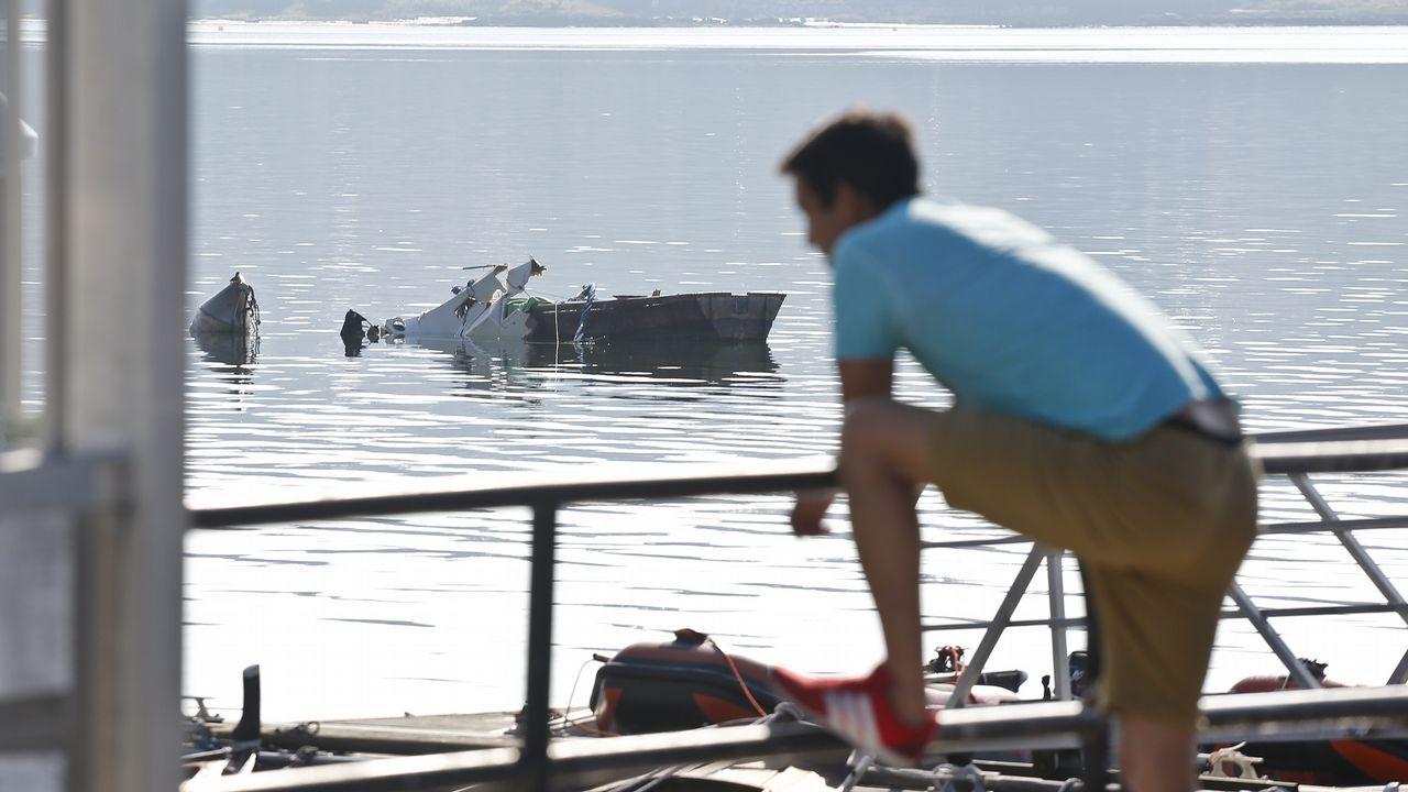 Un catamarán en llamas tras chocar con una batea frente a A Toxa.El ministro de Fomento, José Luis Ábalos