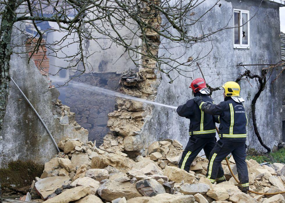 Perros de salvamento buscan el segundo cadáver en la casa incendiada
