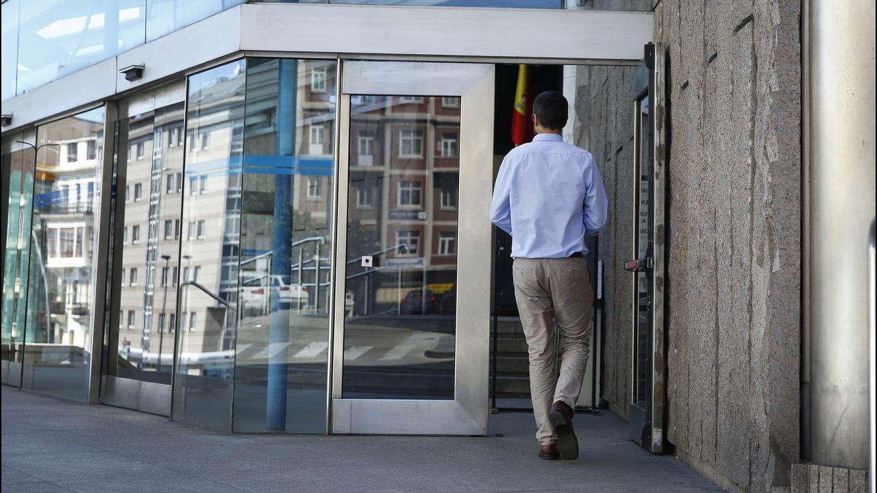 El ex gerente de la fundación Infide, dependiente del sindicato minero SOMA-UGT, Pedro Castillejo (i), que se enfrenta a una petición de la Fiscalía de tres años y medio de prisión, a su llegada hoy a la Sección Tercera de la Audiencia Provincial de Oviedo