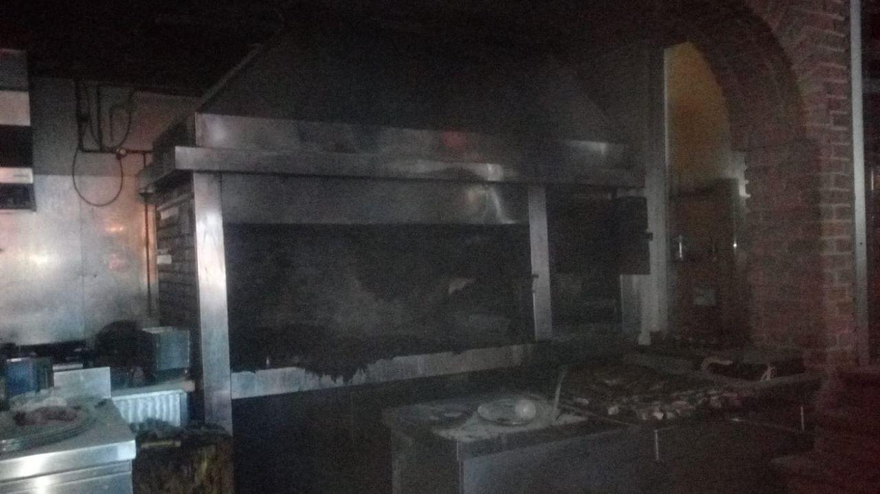 Incendio en pleno centro de Burela.Incendio en una cuadra en Castropol