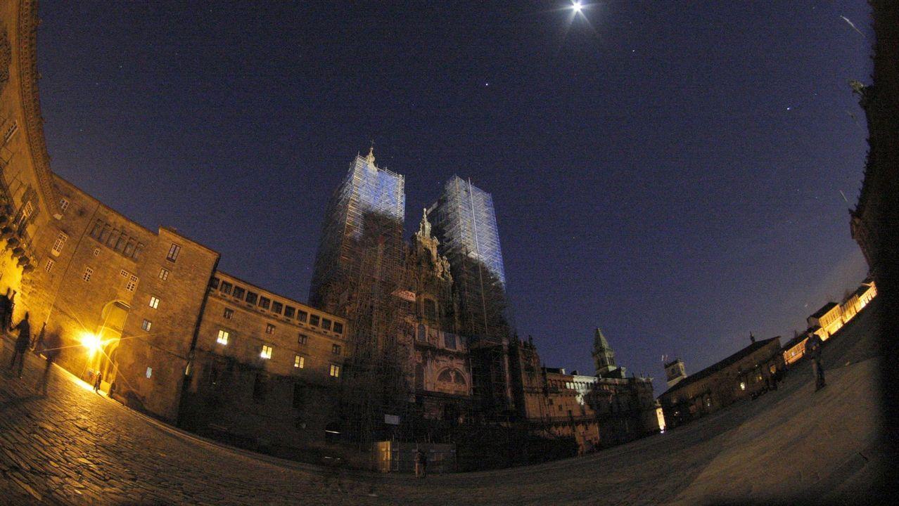 Plaza del Obradoiro y la iluminación exterior de la Ilusminación de la catedral de Santiago apagada enel 2015 denunciando el cambio climático