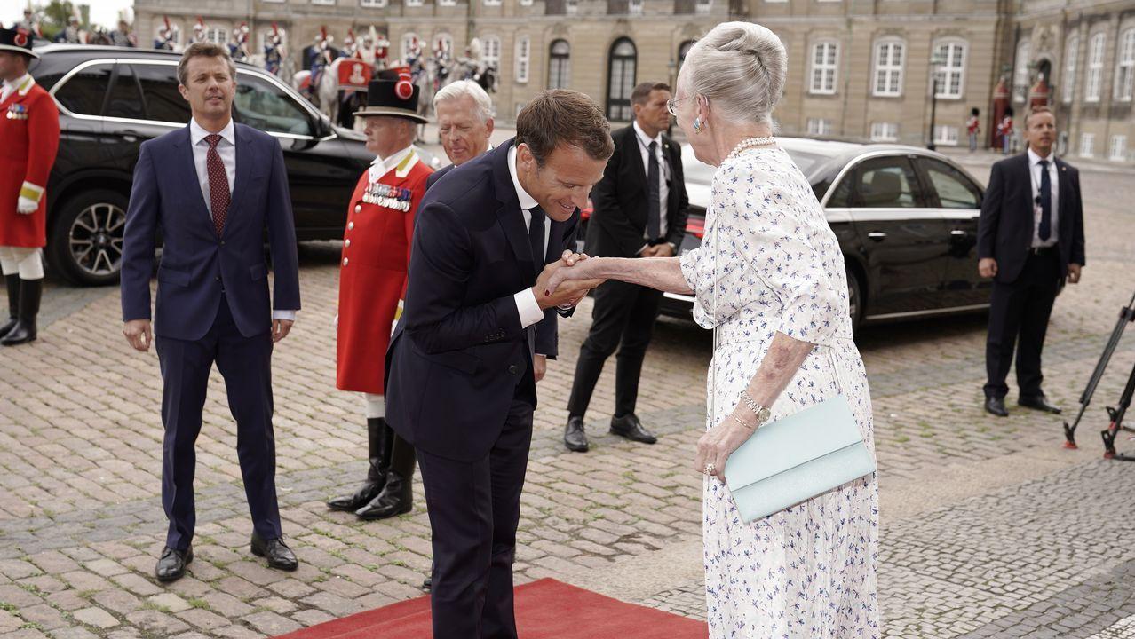 .La reina Margarita II de Dinamarca recibe al presidente francés Emmanuel Macron en el castillo de Amalienborg, en el centro de Copenhague