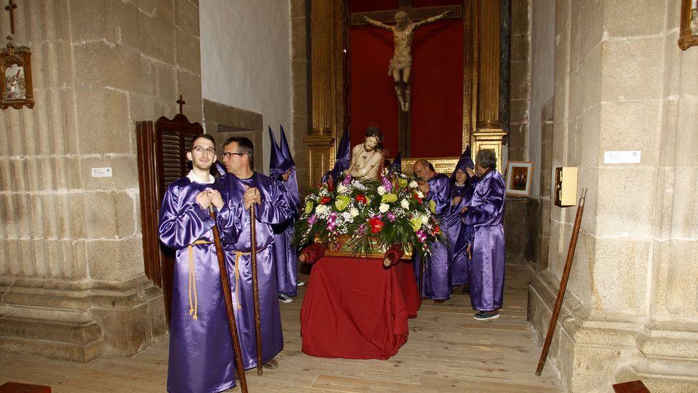 El paso de la Virgen Dolorosa, con el edificio de la Compañía al fondo