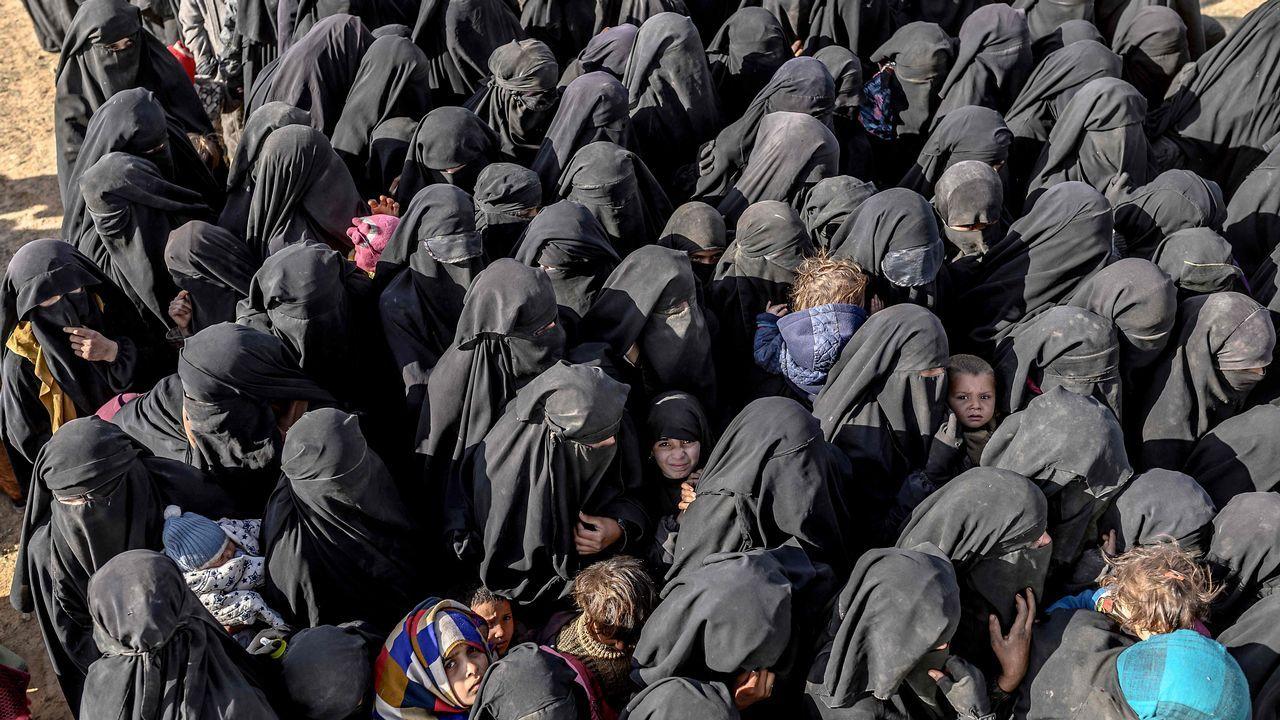 Cientos de mujeres con burka, muchas de ellas occidentales, y sus hijos están entre los mas de 7.000 civiles que han huido de Baghuz