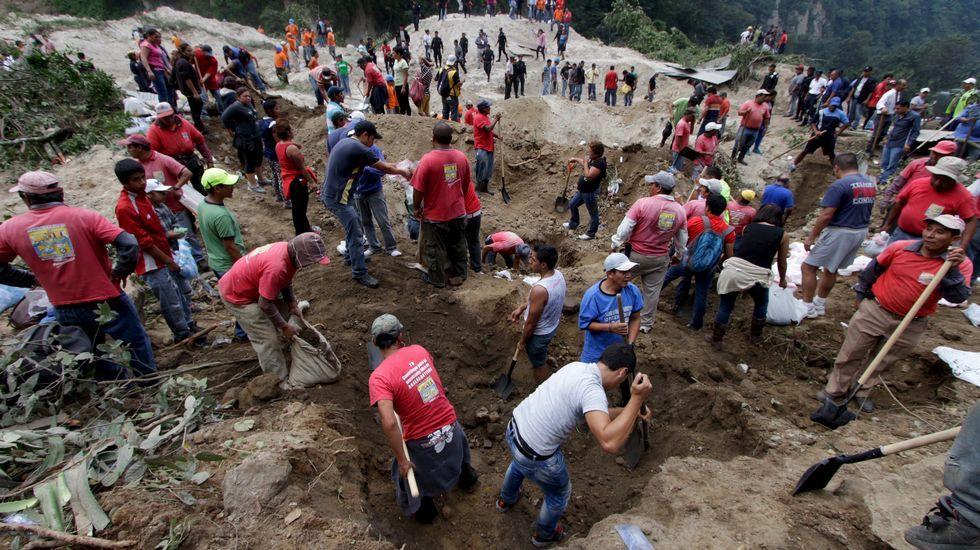 Rescate de cadáveres tras un alud en Guatemala