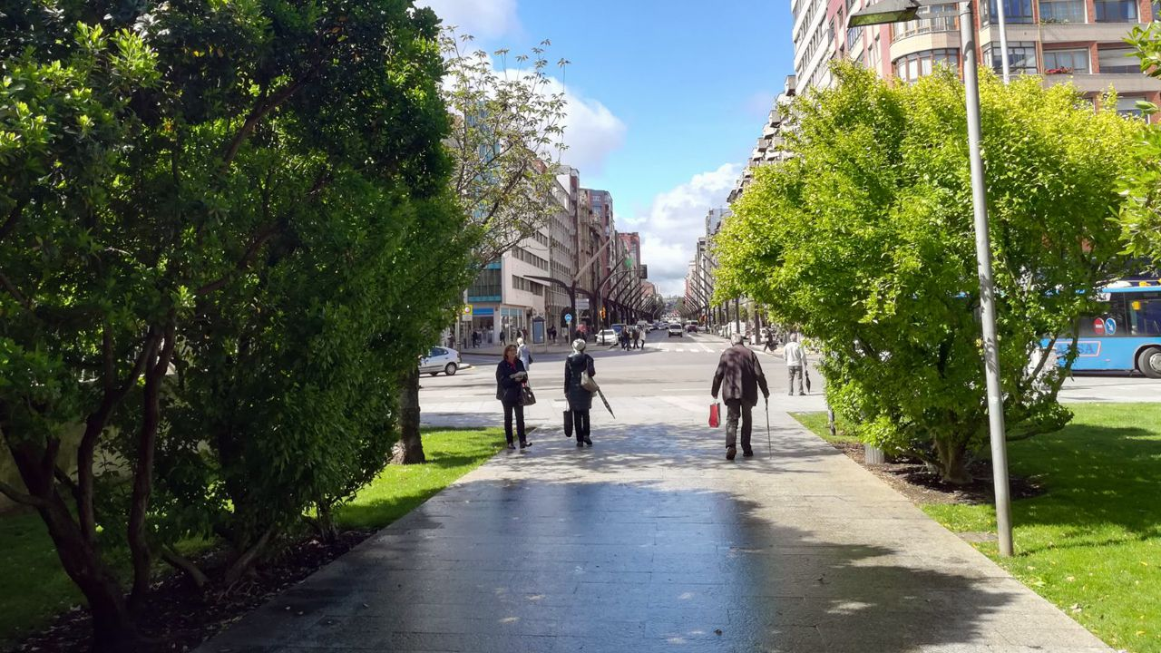 Así es la finca de la discordia en A Enfesta.El parque de la plaza Europa, junto al centro de salud de la Puerta de la Villa