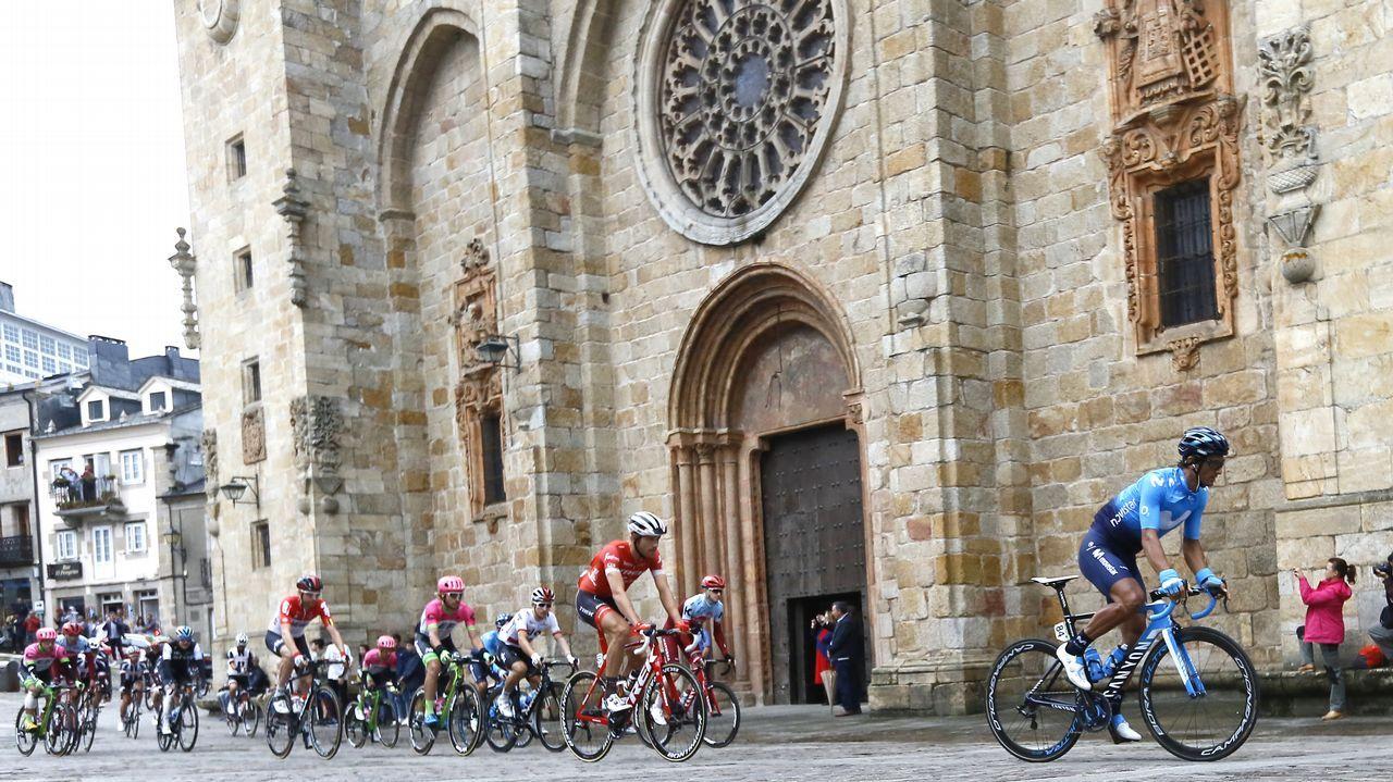 Ambientazo en Estaca de Bares con la llegada de La Vuelta.El francés Thibaut Pinot (Groupama FDJ) en los últimos metros de la decimoquinta etapa de la Vuelta disputada entre Ribera de Arriba y Lagos de Covadonga