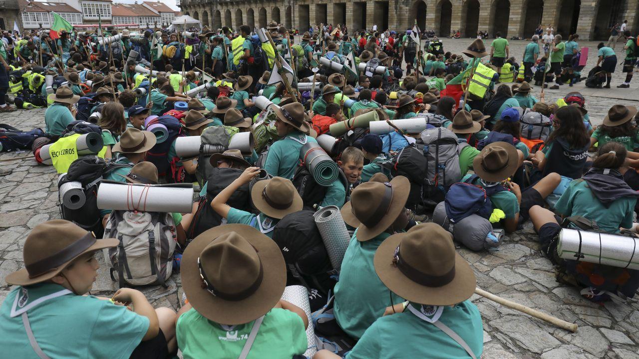Jóvenes scouts portugueses tras llegar al Obradoiro