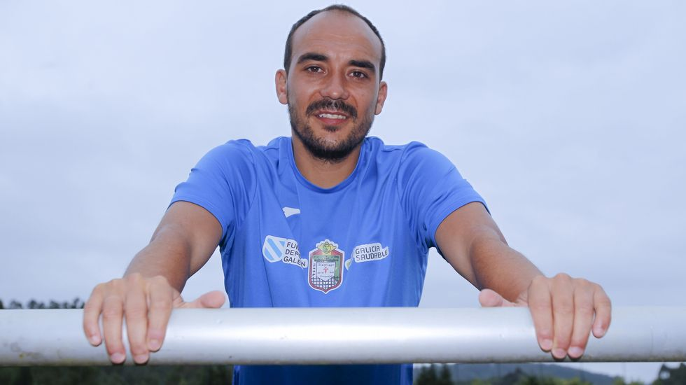 Líneas clásicas enlanueva indumentaria del Racing de Ferrol.Iván Pérez jugó 20 partidos en Primera con el Deportivo