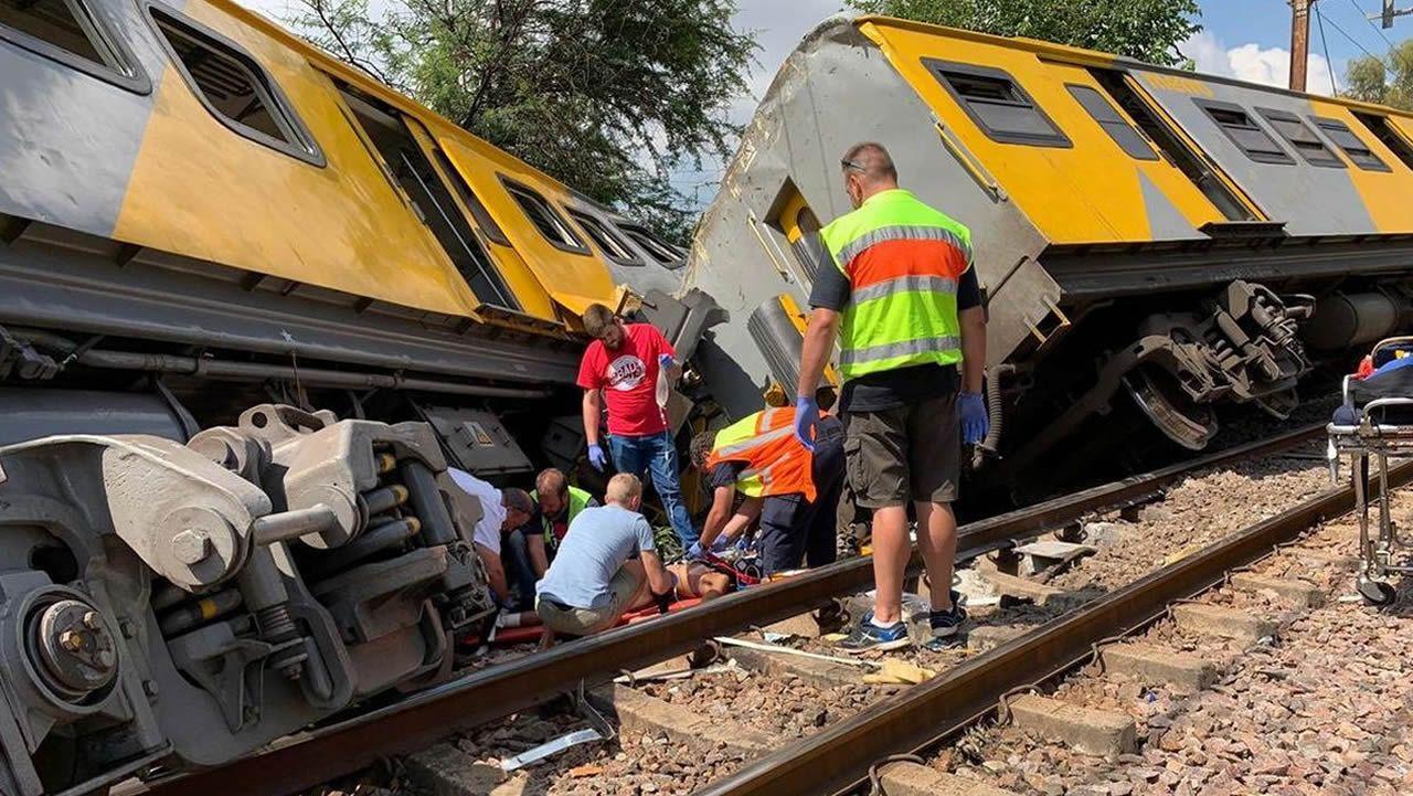 Voluntarios atienden a una de las víctimas del accidente ferroviario cerca de la capital administrativa de Sudáfrica
