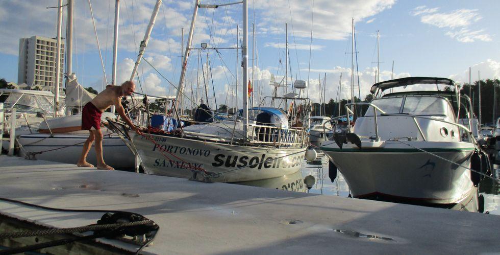 .Suso Leiro, junto a su embarcación el «Finesse Uno», en el puerto caribeño de Bas du Fort, tras su arribada a la isla de Guadalupe.
