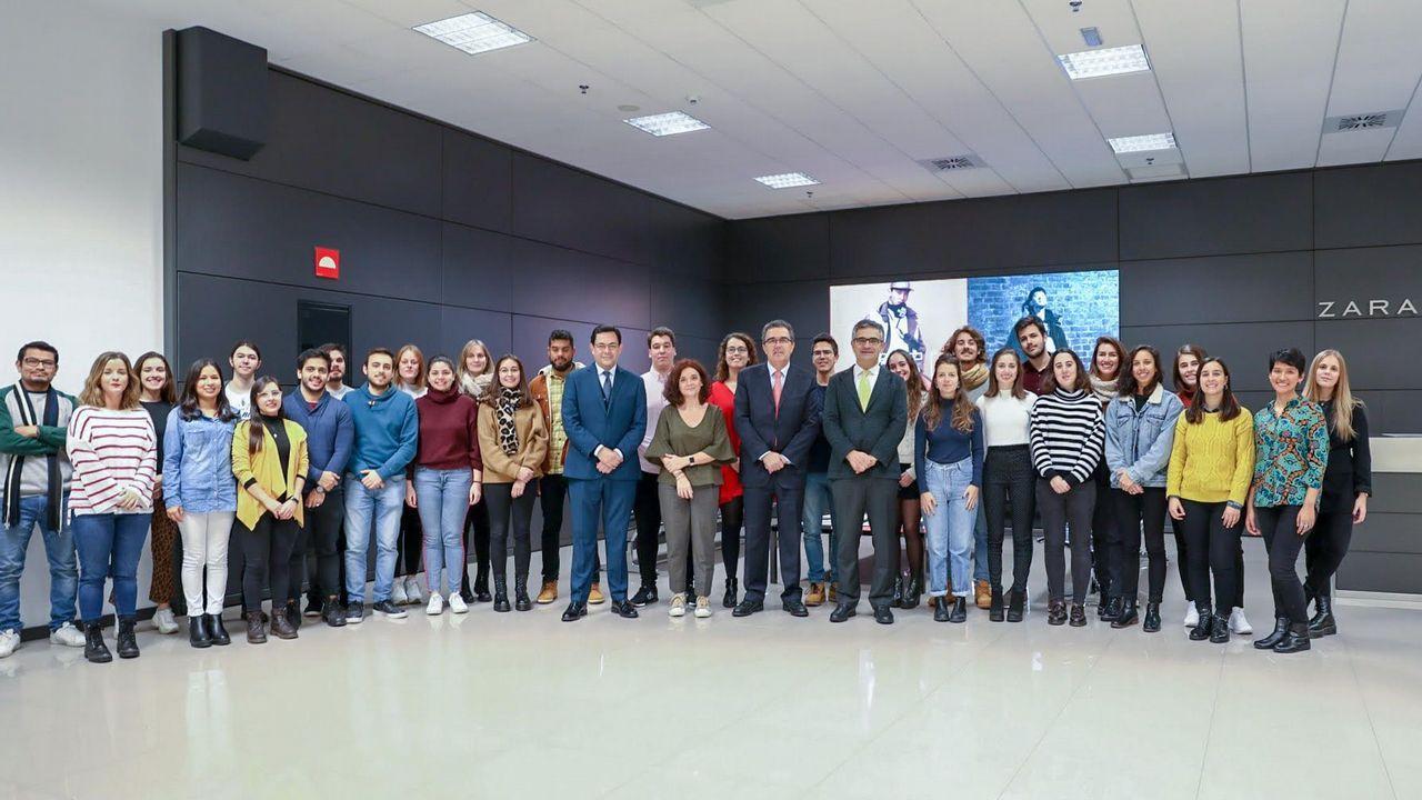Los alumnos del MPXA junto a responsables de la Fundación Amancio Ortega y del Máster durante su visita a las instalaciones de Inditex