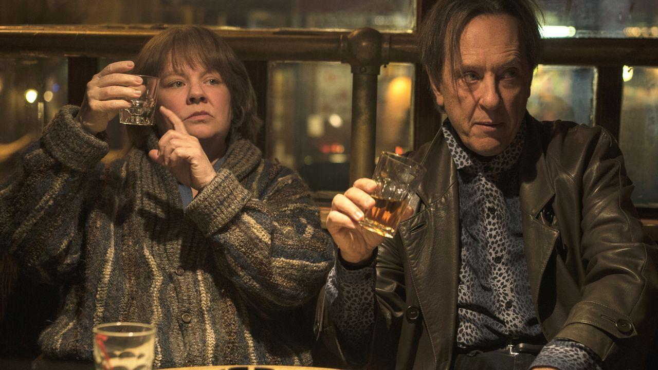Melissa McCarthy y Richard E. Grant, en un fotograma del filme