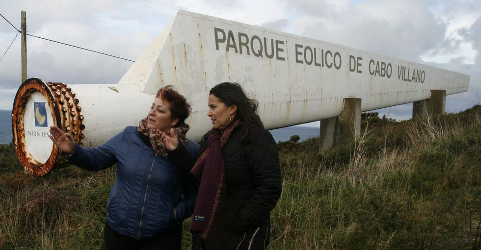 Las nacionalistas Ilva Carril y Ana Miranda, ayer por la mañana en la entrada del parque.