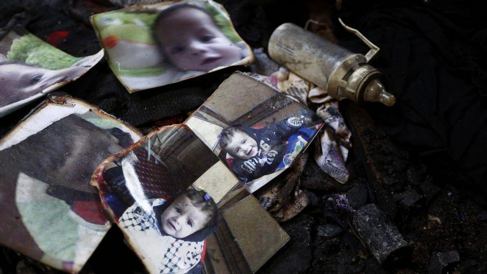 Enfrentamientos en la Explanada de las Mezquitas de Jerusalén.Un biberón descansa junto a las fotografías del bebé palestino de 18 meses, Ali Dawabsha.
