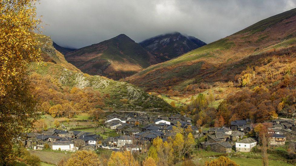 El atractivo de las Montañasde O Courel, el primer geoparque de la Unesco en Galicia.Vistas de la aldea de A Seara