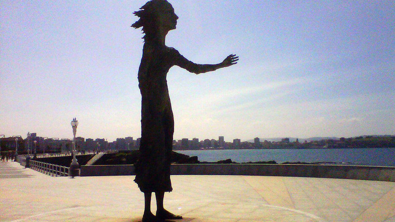 Un gallego en la gran ciudad sin agua.La escultura 'La madre del emigrante', en Gijón