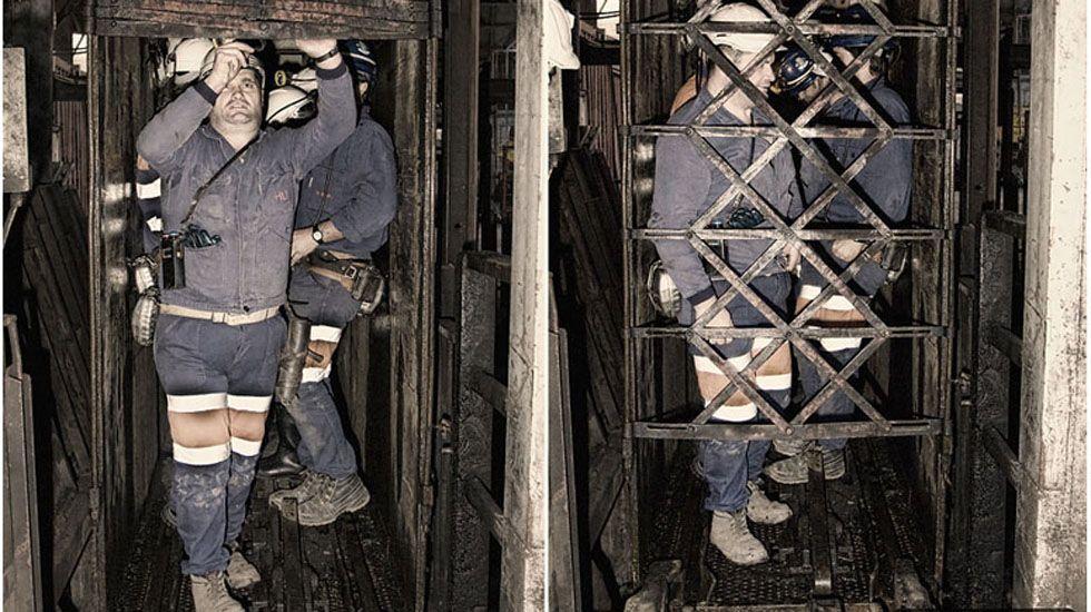 Mineros en la jaula del Pozo María Luisa. Langreo, Asturias. Año 2007..Mineros en la jaula del Pozo María Luisa. Langreo, Asturias. Año 2007.