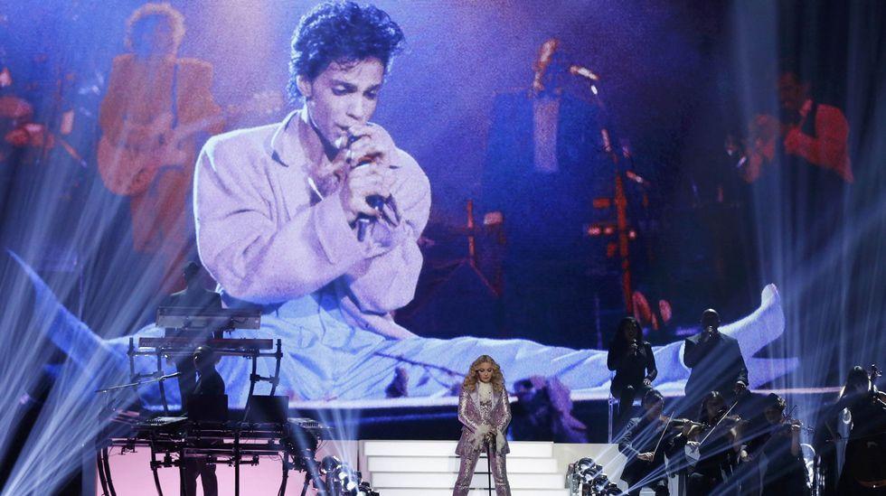 Madonna apareció sobre el escenario vestida de púrpura en su homenaje a Prince.