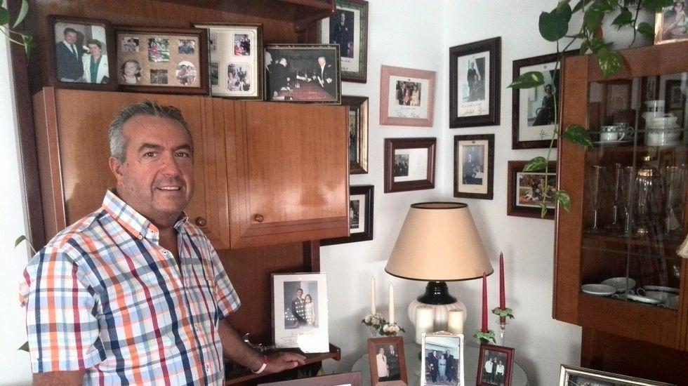 Manuel, en el rincón de su casa donde guarda la correspondencia con la familia real