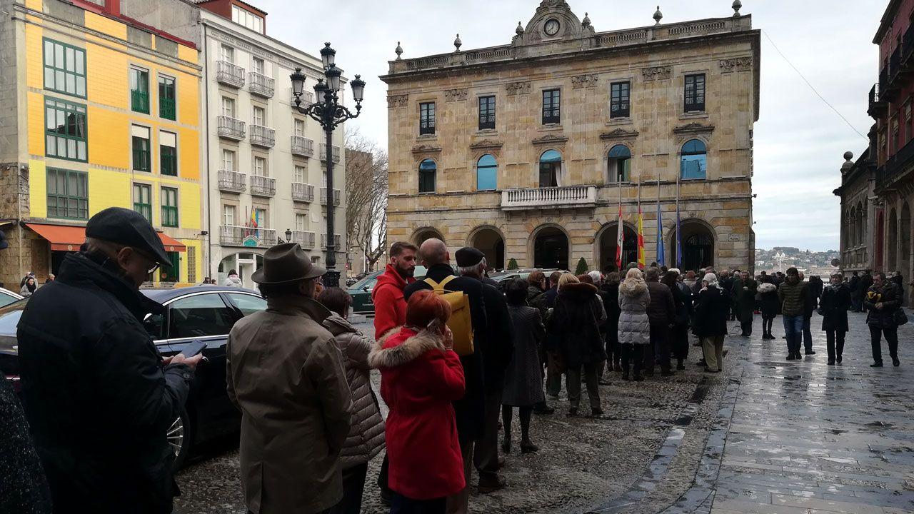Ciudadanos haciendo cola ante la capilla ardiente de Álvarez Areces