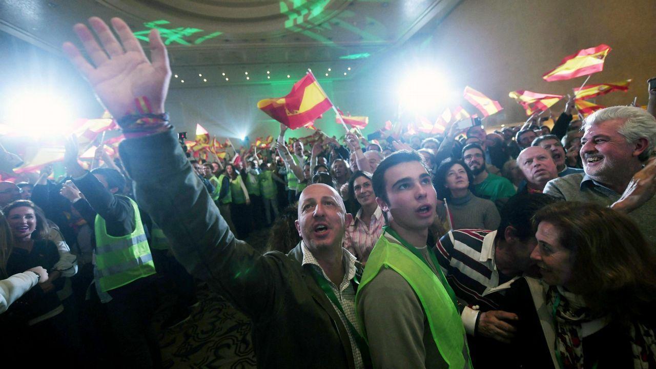 Ejerciendo el derecho al voto en el referendo, en un colegio de A Coruña, a la luz de un cámping gas