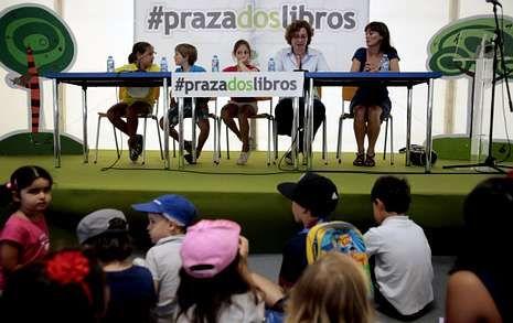 .Os nenos que fixeron a lectura dramatizada, Beatriz Fraga e Mar Eirís, na presentación de onte.