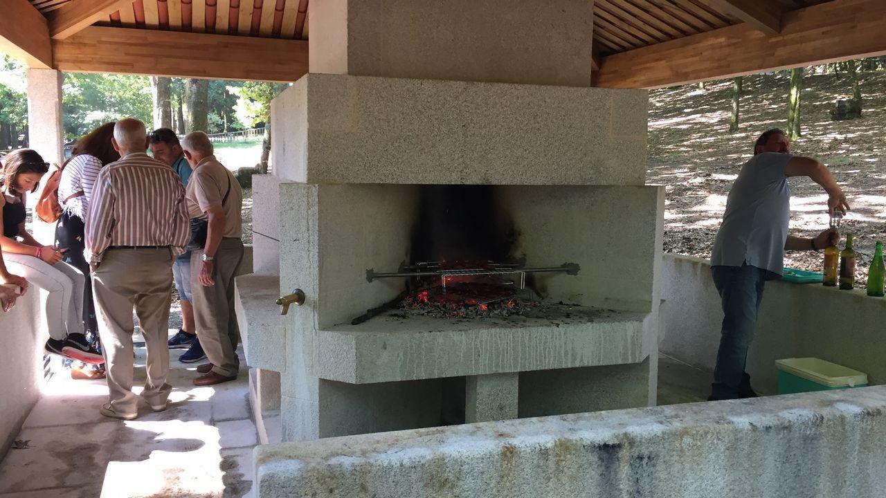 Ocho nuevas parrillas devuelven a los visitantes el derecho a asar en Castiñeiras 12 años después.
