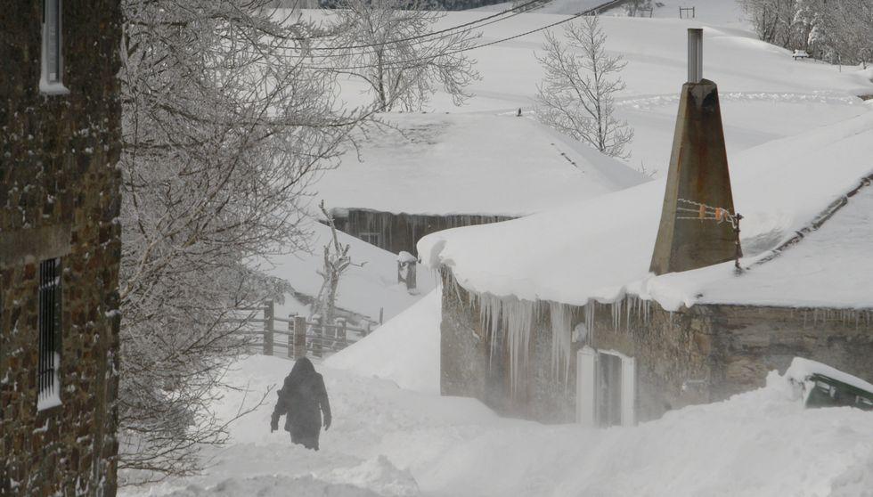 .En A Pintinidoira se acumula la nieve que cae desde el pasado martes y que se junta a las diferentes nevadas que se suceden desde mediados de enero.