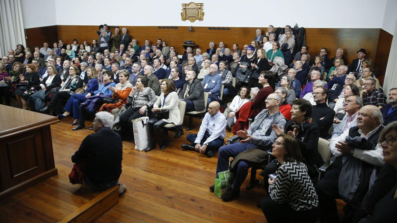 Así discurría la manifestación por la sanidad gallega por las calles de Compostela.Imagen de enero del conselleiro Vázquez Almuíña en la reunión con los médicos de atención primaria que dimitieron de sus puestos en el área sanitaria de Vigo.