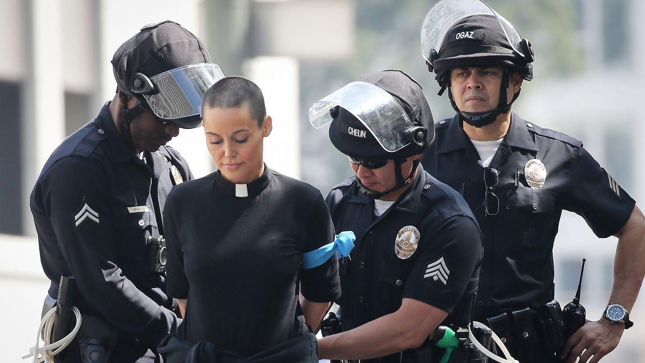 .La policía detiene a una religiosa en una protesta contra la política migratoria de Trump