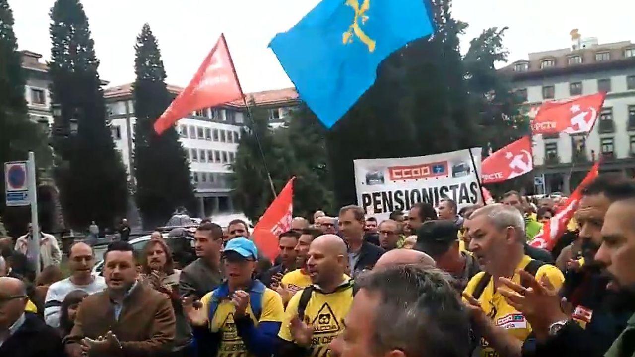 Los trabajadores de Alcoa llegan a Oviedo desde Madrid.Accidente de tráfico en Siero