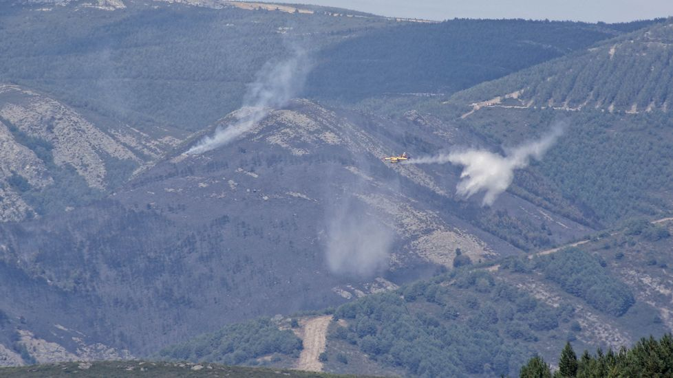 Segundo día de las labores de extinción de los fuegos de O Invernadoiro.Un operario cambia la hora en el reloj de Maria Pita, en A Coruña