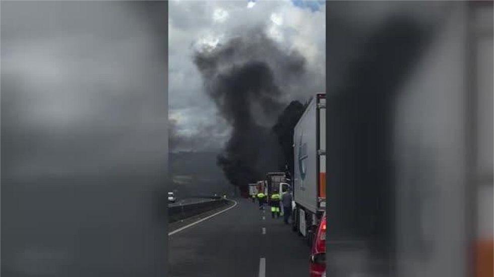 Un incendio en un camión corta la autopista AP-9 en Barro