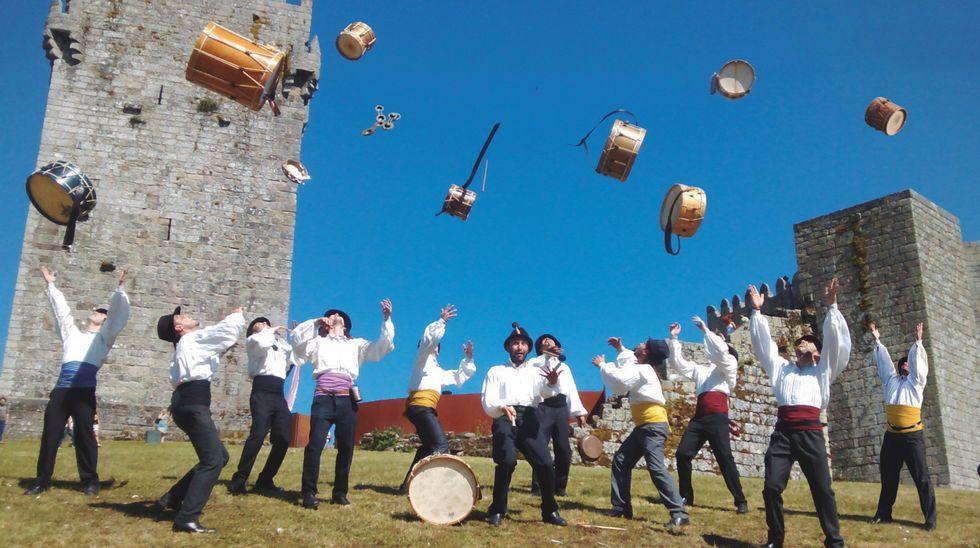 Granrespuesta del público a las visitas teatralizadas en Vimianzo: ¡las imágenes!.Carmen Riveiro enseña su oficio en el Castillo de Vimianzo