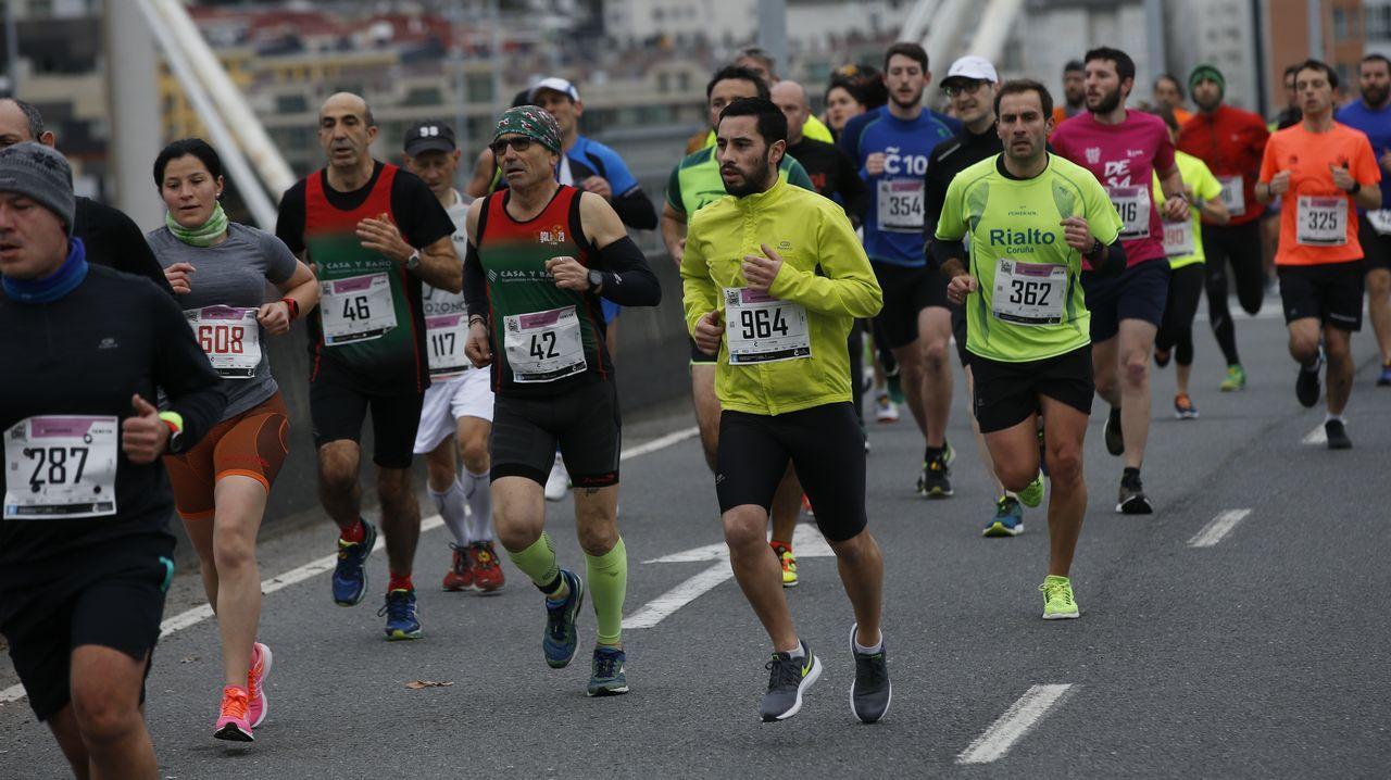 Matogrande se echa a la carretera.El asturiano Javier Álvarez de celebración tras cruzar la meta del Dakar