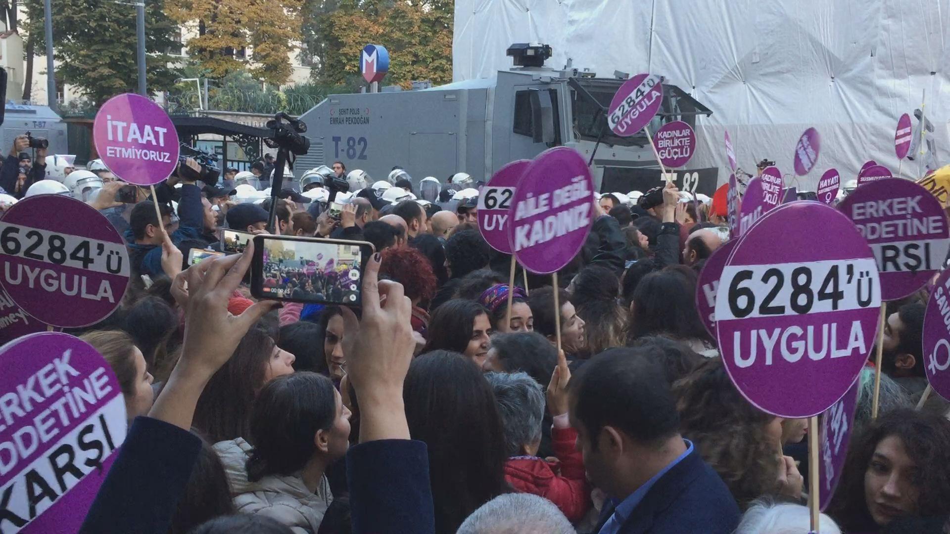 La policía turca impide una marcha contra la violencia machista en Estambul.Maletas en el aeropuerto