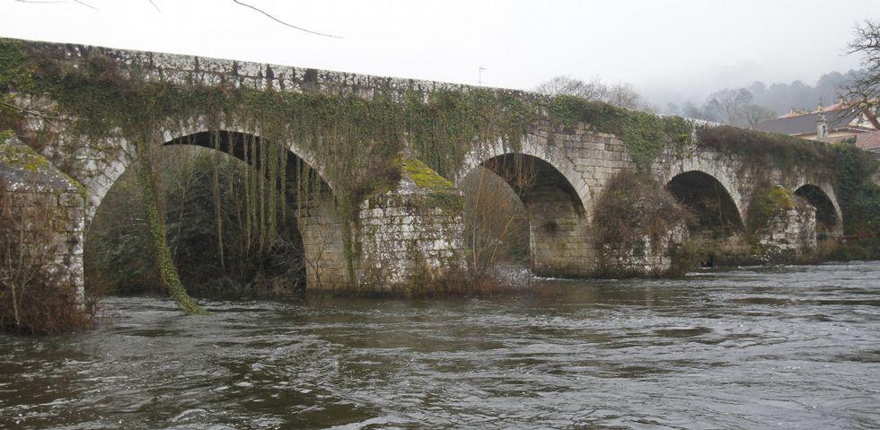 El viaducto sobre el río Ulla, del siglo XVI, separa Boqueixón y Cruces y las provincias de A Coruña y Pontevedra .