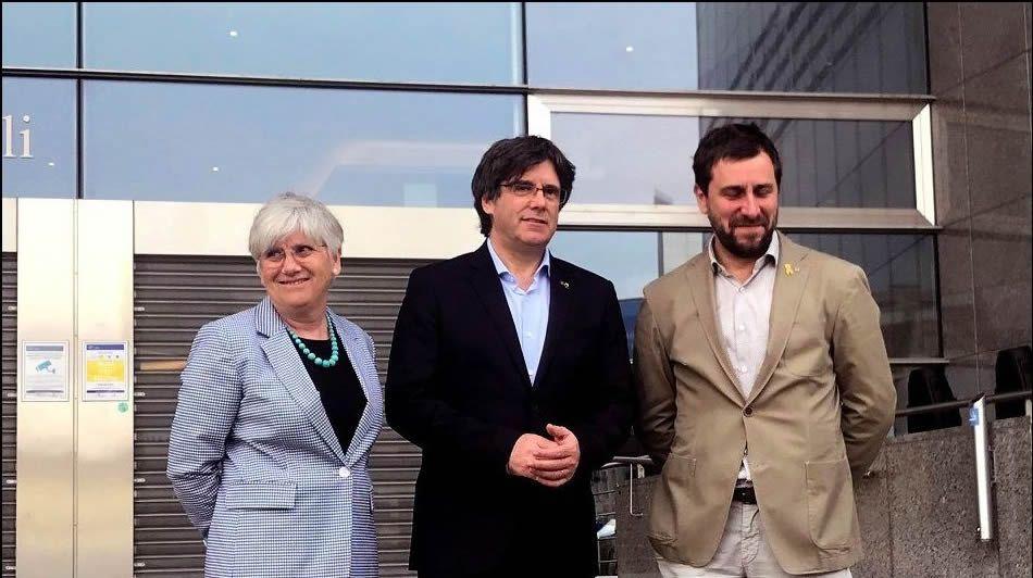 El abogado de Puigdemont, Gonzalo Boye, tuvo que presentar su documentación en el registro como le ordenó una funcionaria de la Junta Electoral.Puigdemont y Comín ya intentaron, sin éxito, acreditarse ante el Parlamento Europeo para esquivar los cargos pendientes en España