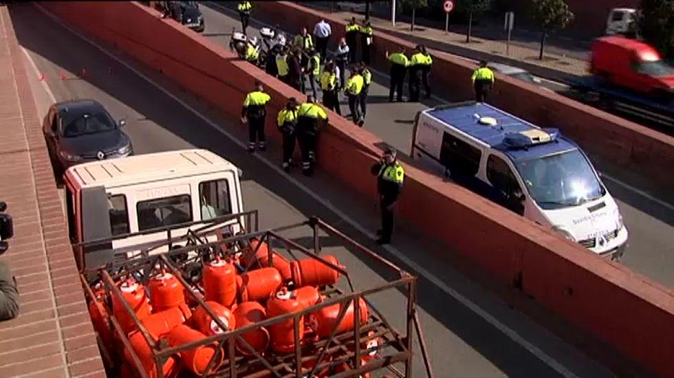 Persecución y detención a tiros del conductor de un camión de butano robado en Barcelona
