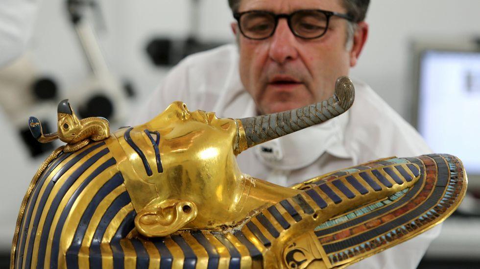 .El conservador alemán Christian Eckmann trabaja en la restauración de la máscara de oro del rey Tutankamón en el Museo Egipcio de El Cairo.