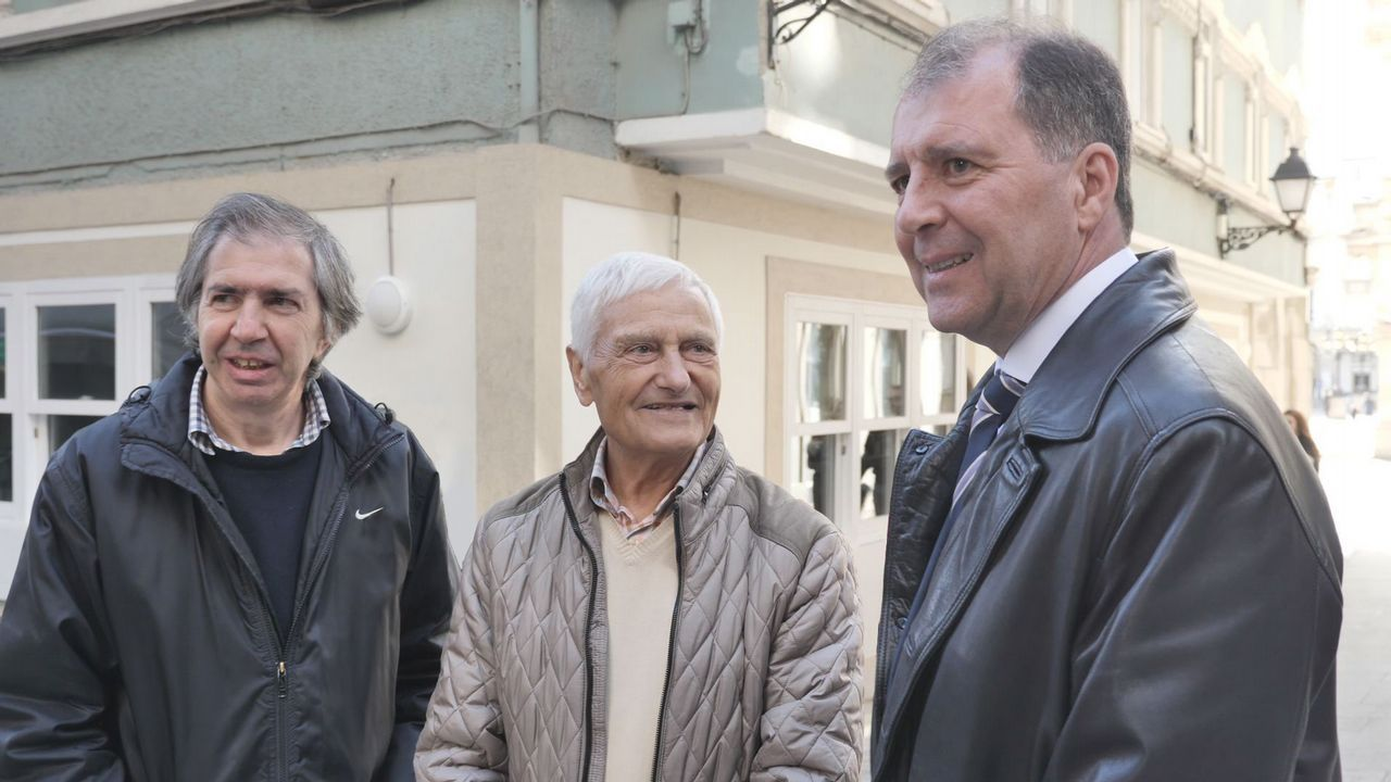 mauthau.75 AÑOS PARA UN ABRAZO. Francisco Pena, en el centro, posa con los nietos del deportado Martín Ferreiro. El padre de Francisco pudo sobrevivir a Mauthausen, donde vio morir al abuelo de estos