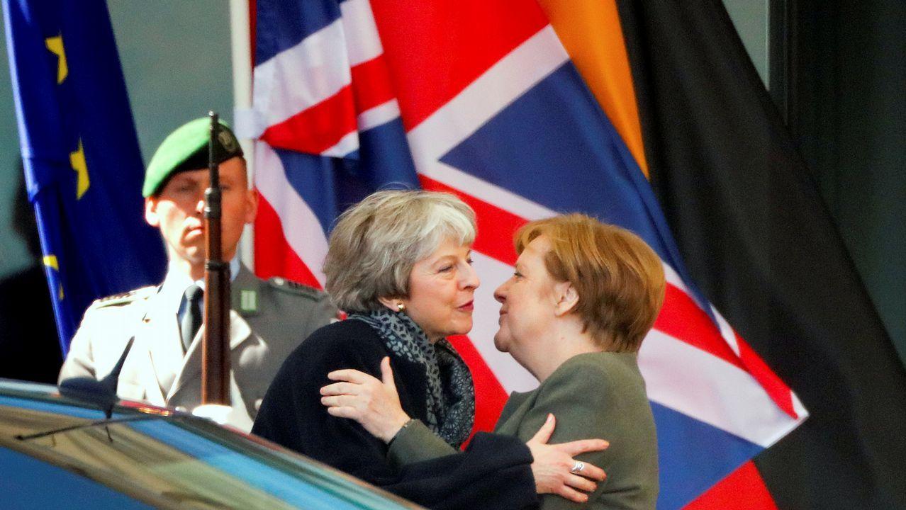 Protestas de grupos ecologistas en Londres.Theresa May y Angela Merkel se besan tras su reunión para hablar del «brexit»